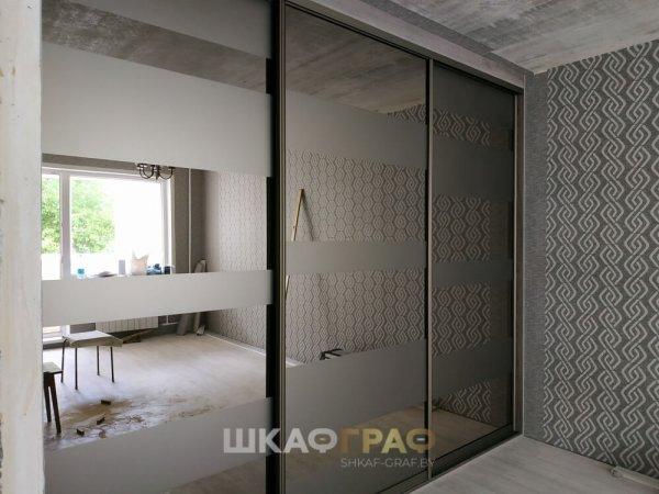 Встроенный Шкаф - купе в комнату с зеркалом и пескоструйным рисунком