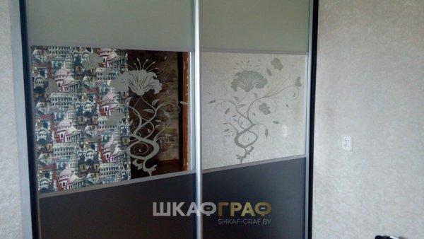 Встроенный Шкаф - купе с зеркалом и пескоструйным рисунком