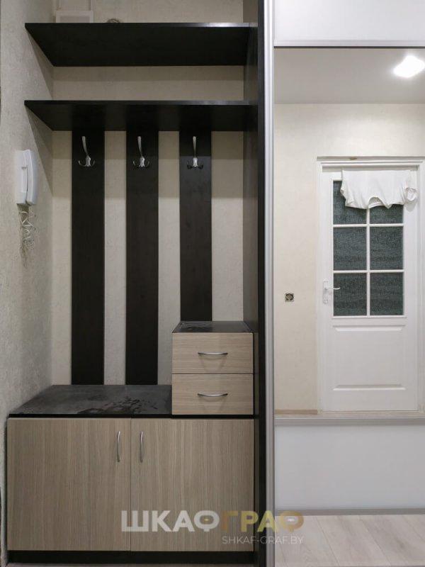 Встроенный шкаф-купе в коридор с зеркалом