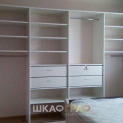 Встроенный шкаф-купе в спальню с зеркалом и пескоструйным рисунком
