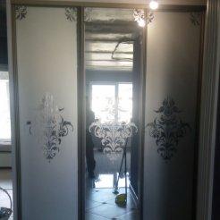 Встроенный шкаф-купе в прихожую с зеркалом и пескоструйным рисунком