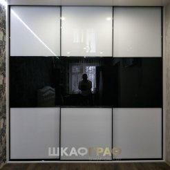 Встроенный Шкаф - купе в спальню с отделкой дверей стеклом лакобель