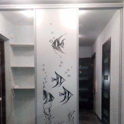 Встроенный шкаф-купе с зеркало с пескоструйным рисунком