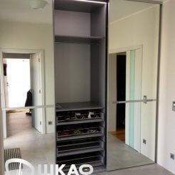 Трехдверный шкаф-купе с зеркальными дверями