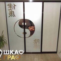 Встроенный шкаф-купе в спальню на всю стену с комбинированными фасадами