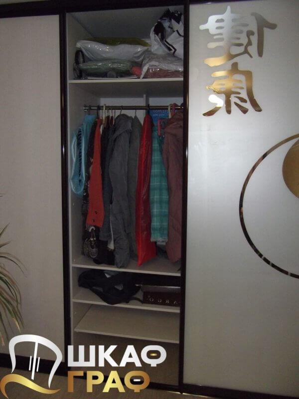 Полки и вешалки в шкафу-купе для спальни