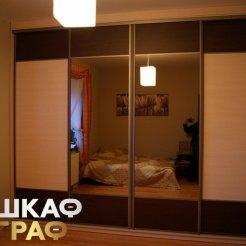 Широкий встроенный комбинированный шкаф-купе для спальни