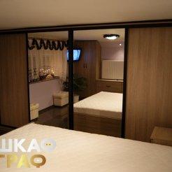 Строгий классический шкаф-купе с комбинированными фасадами в спальню