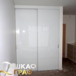 Небольшой встроенный шкаф-купе с двумя дверями в белом цвете в спальню