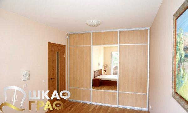 Встроенный во всю стену комбинированный шкаф-купе в спальню