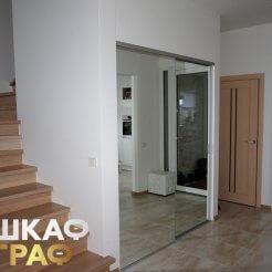 Встроенный зеркальный шкаф-купе в стиле минимализм в коридор