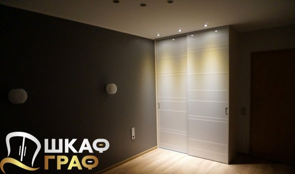 Небольшой корпусный шкаф-купев спальню с верхней подсветкой
