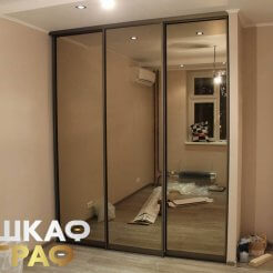 Встроенный зеркальный трехдверный шкаф-купе