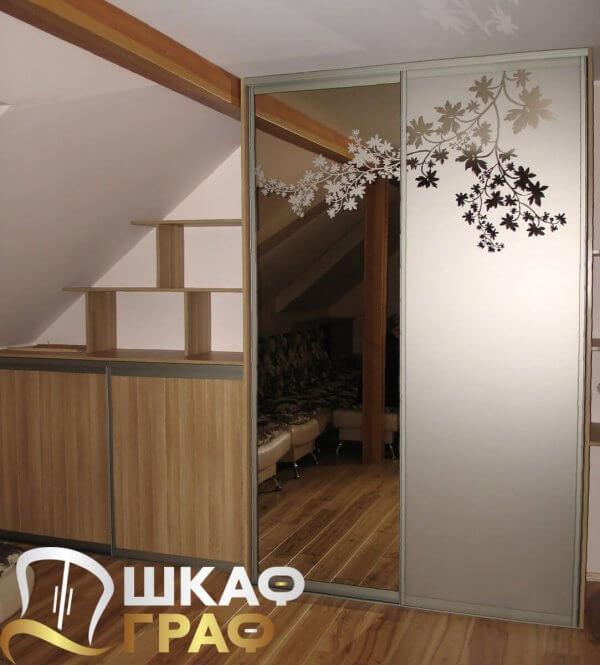 Двустворчатый комбинированный шкаф-купе с пескоструйным рисунком в спальню
