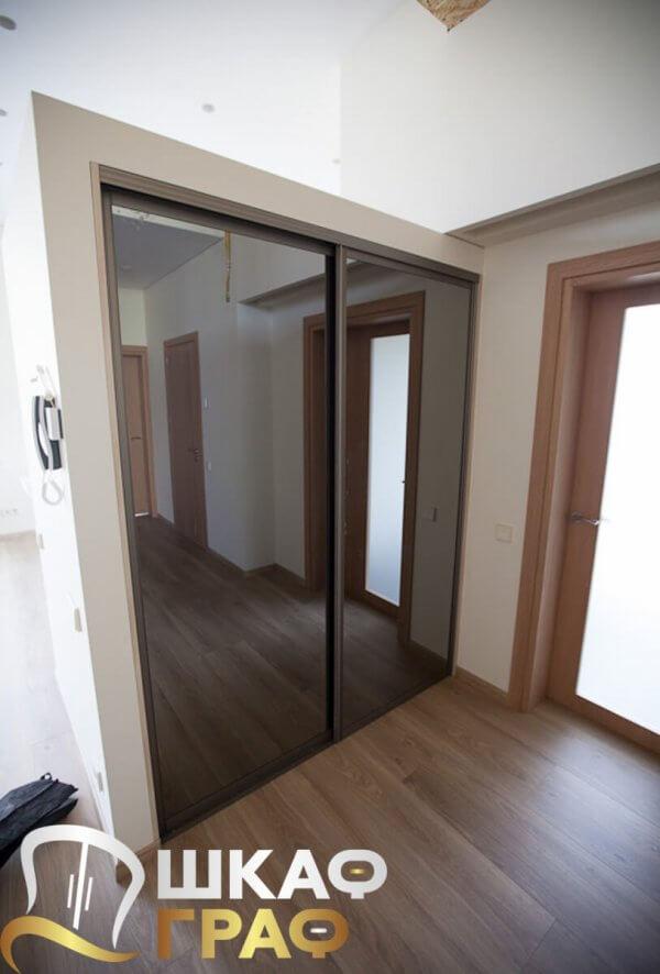 Встроенный зеркальный шкаф-купе в спальню