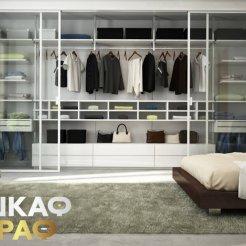 Современная гардеробная со стеклянными дверями