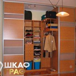 Небольшая прямоугольная гардеробная