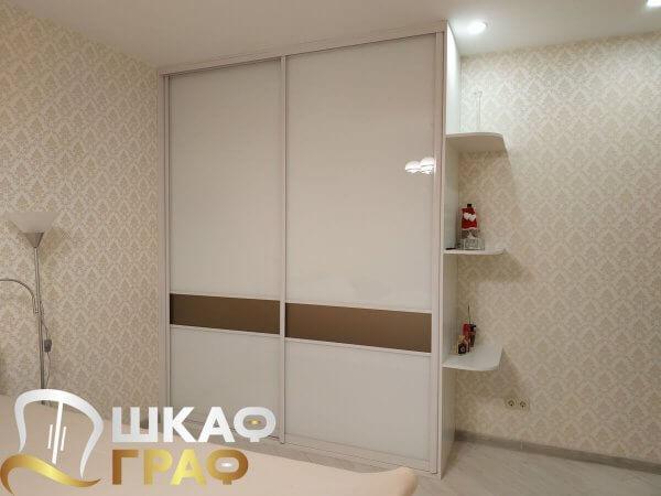 Белый шкаф-купе с лакобелем в спальню