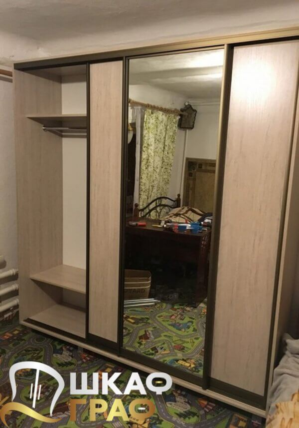 Трехдверный комбинированный шкаф-купе