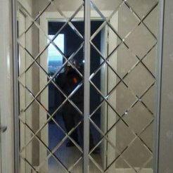 Узкий шкаф-купе с зеркальными дверями