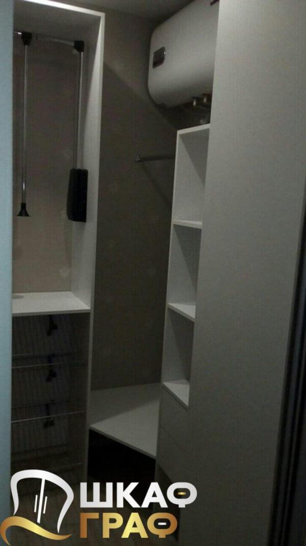 Узкий шкаф-купе внутри