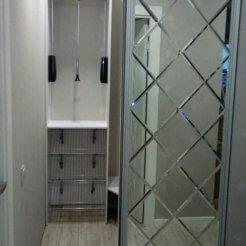 Узкий зеркальный шкаф-купе