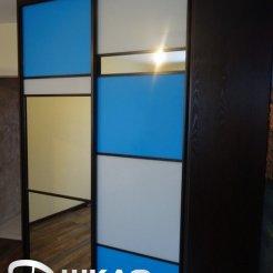 Трехцветный шкаф-купе в спальню