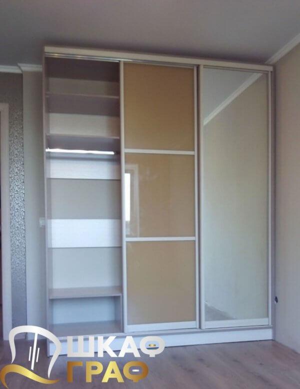 Шкаф-купе бежевого цвета для спальни