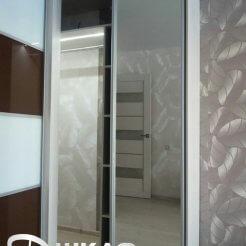 Угловой зеркальный шкаф-купе с лакобелем