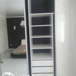Г-образный шкаф-купе с лакобелем и зеркалом