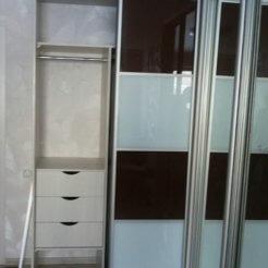 Г-образный шкаф-купе с лакобелем