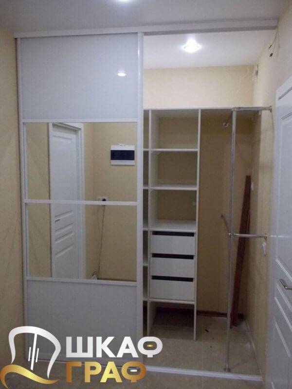 Встроенный шкаф-купе с зеркалом и лакобелем