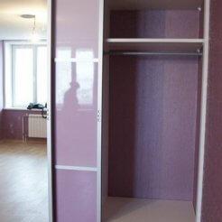 Зеркальный шкаф-купе в сиреневом цвете