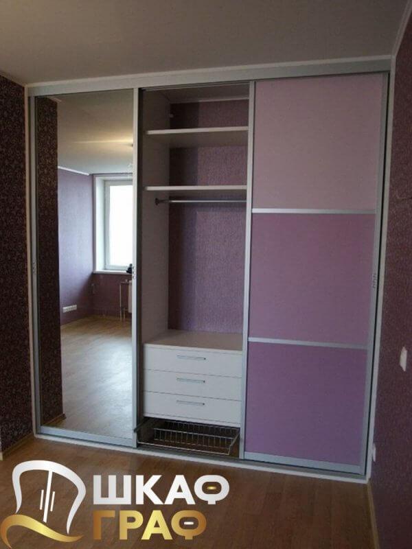 Шкаф-купе сиреневого цвета с зеркалом