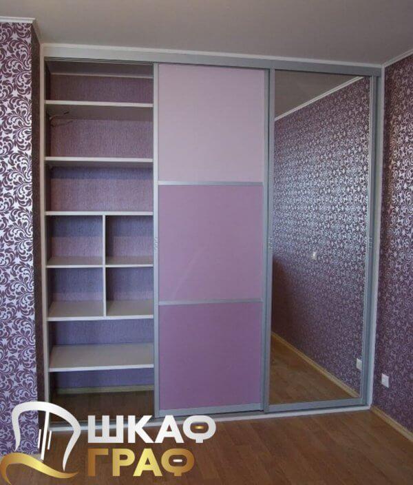 Встроенный шкаф-купе сиреневого цвета
