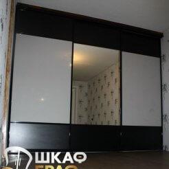 Шкаф-купе в черно-белом цвете