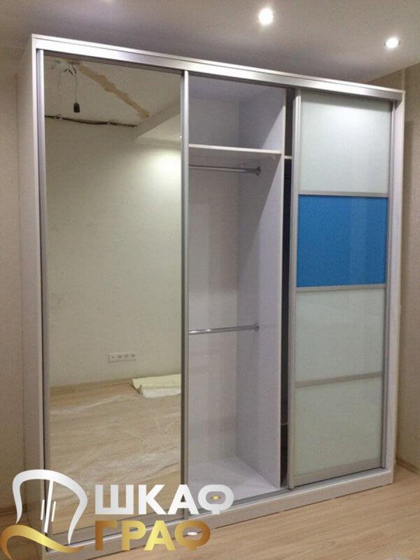 Шкаф-купе с зеркалом бело-голубого цвета