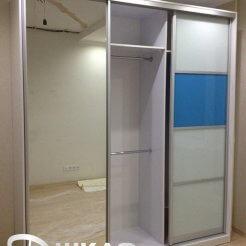Шкаф-купе с зеркалом в спальню бело-голубого цвета