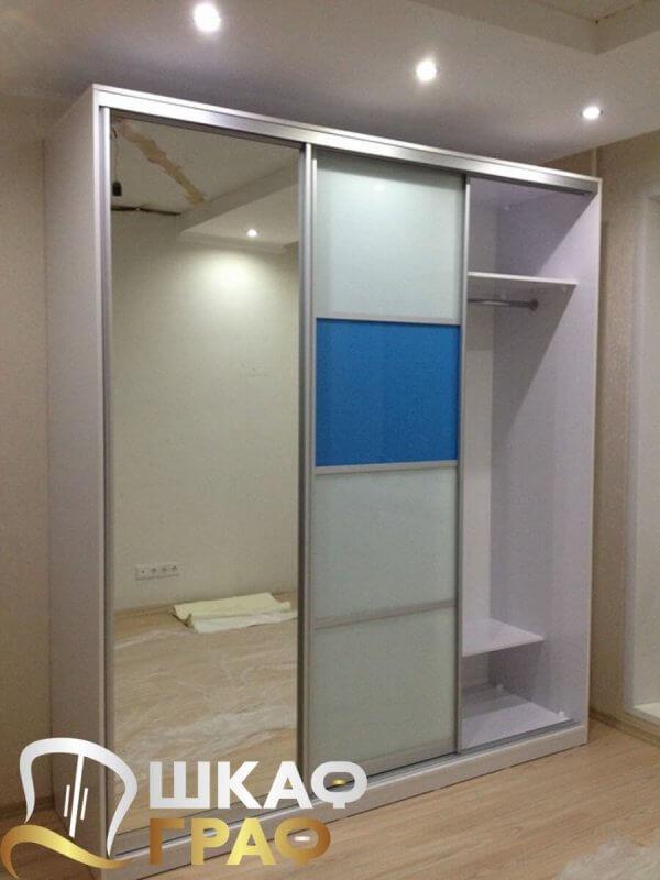 Зеркальный шкаф-купе для спальни бело-голубого цвета