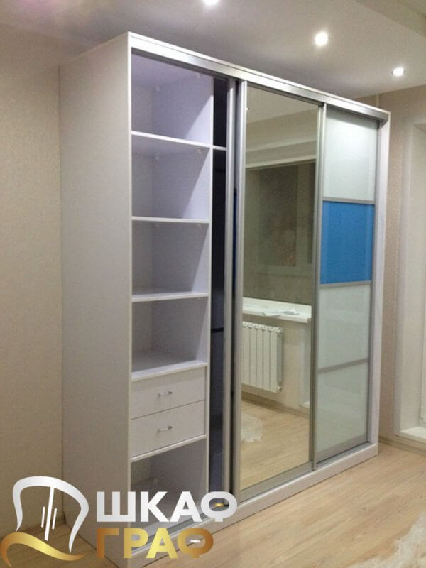 Шкаф-купе в спальню бело-голубого цвета