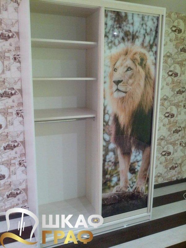 Узкий шкаф-купе для спальни с фотопечатью лев