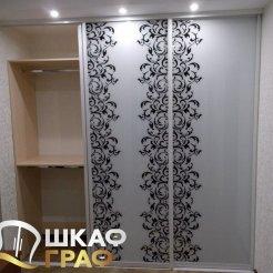 Шкаф-купе для спальни с фотопечатью узоры и верхней подсветкой