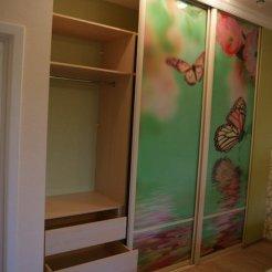 Трехдверный шкаф-купе в спальню с фотопечатью бабочки