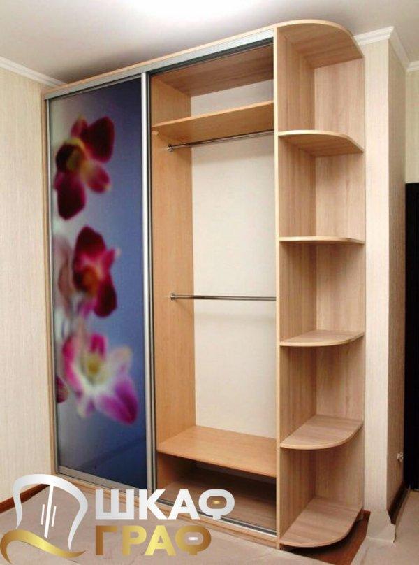 Шкаф-купе с открытыми боковыми полками и фотопечатью для спальни