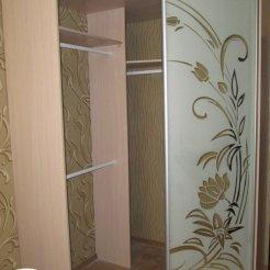 Шкаф-купе с пескоструйным рисунком на зеркале в спальню