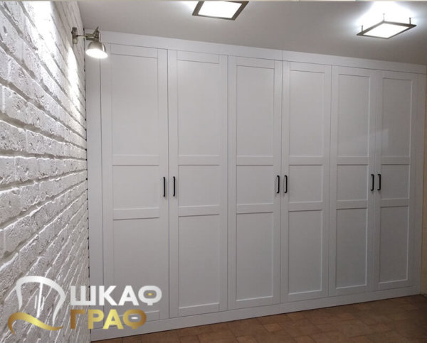 Распашной шкаф белого цвета в коридор № 13
