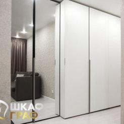 Распашной шкаф в белого цвета без ручек