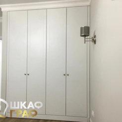 Распашной шкаф в светлых тонах в коридор №3